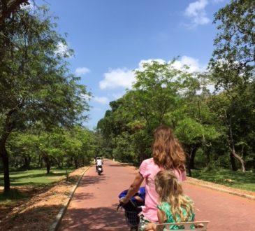 Fietsen door Pollonnaruwa Sri Lanka met kids